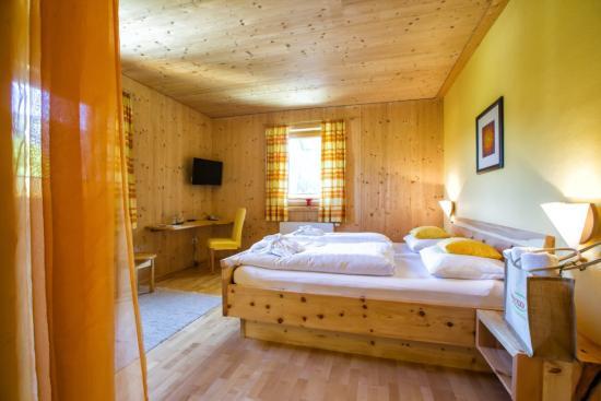 Hotelzimmer Vollholzmöbel